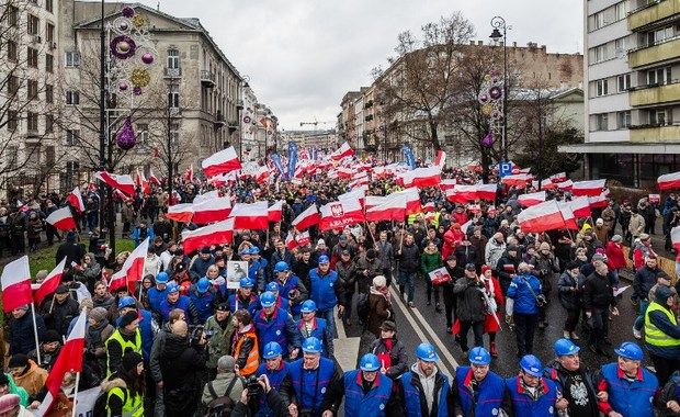 Supporters of Poland's ruling party Law and Justice (PiS) rally for a pro-government demonstration, December 13, 2015 in Warsaw. AFP PHOTO / Wojtek Radwanski.